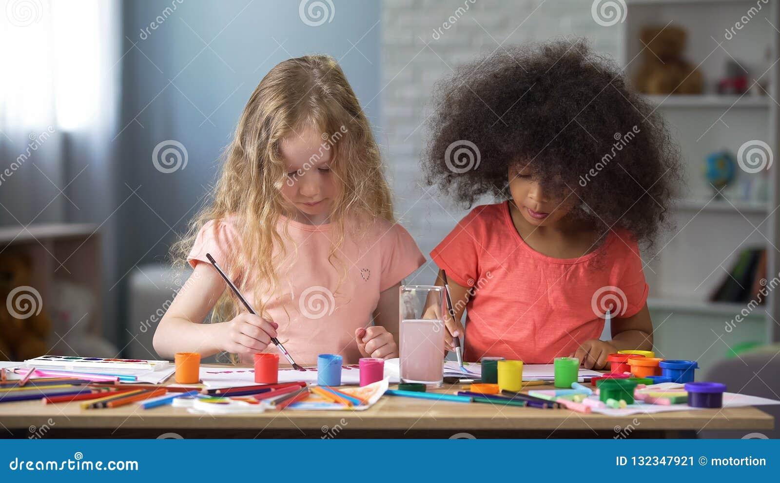 Två bästa djävuler som målar i dagiset, förskole- utbildning, kreativitet