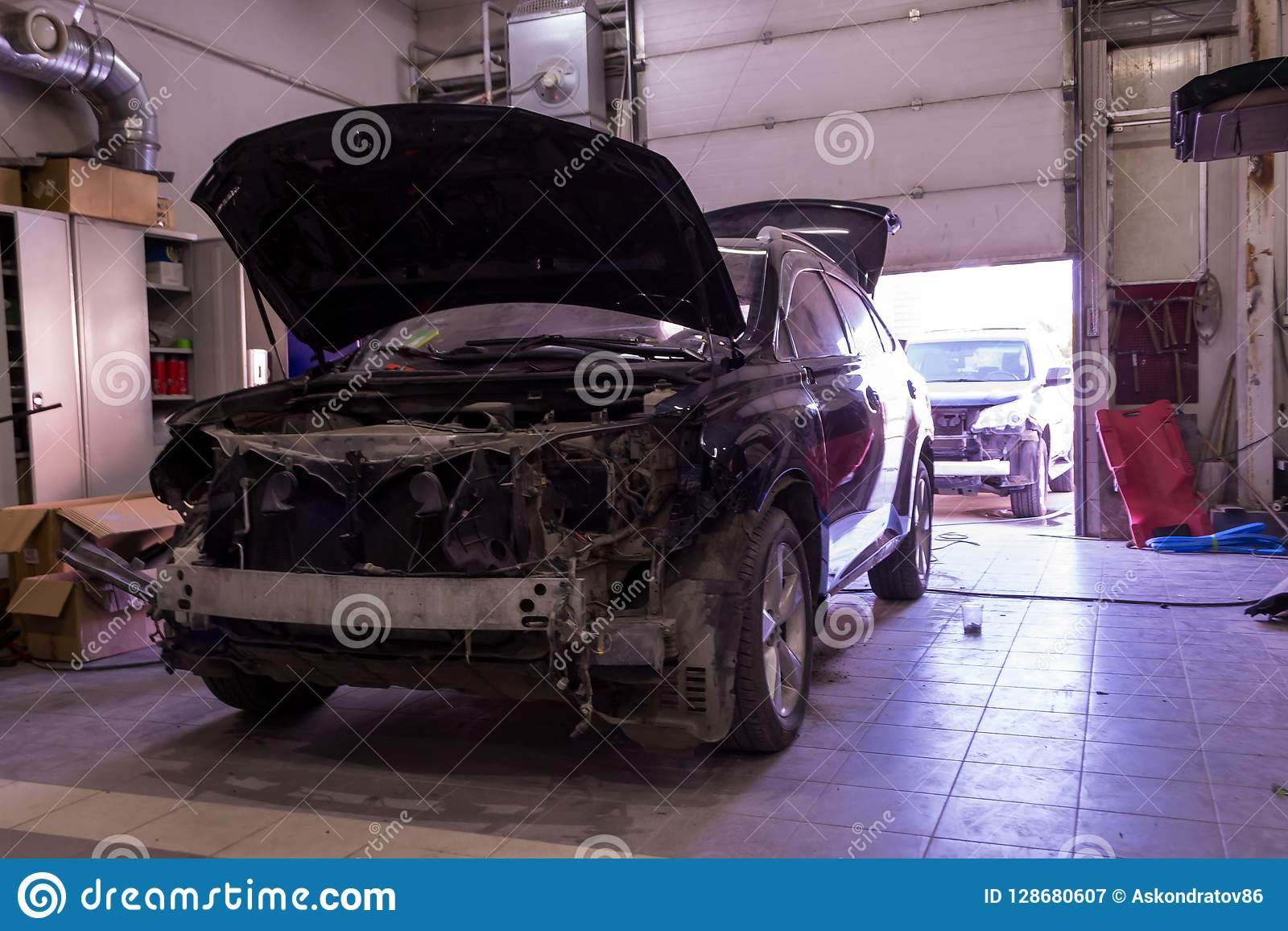 Två brutna bilar på köen i kroppreparationen efter ett allvarligt