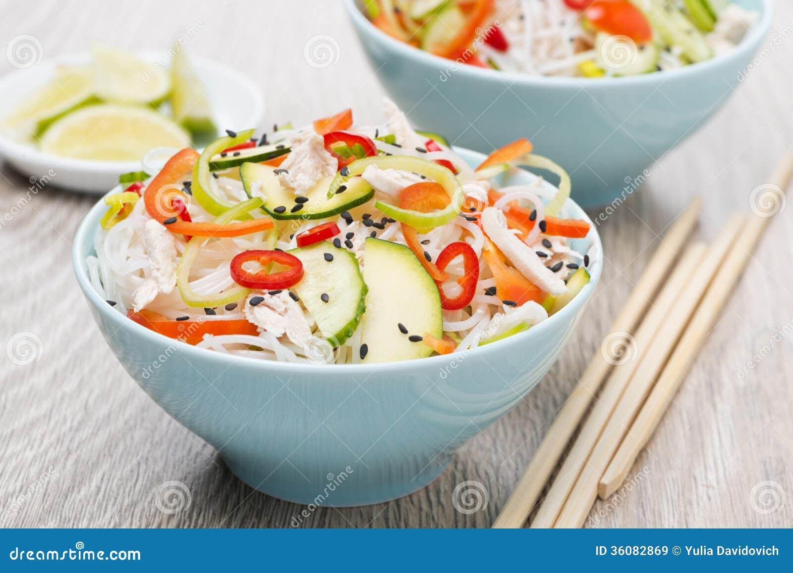 Två bunkar av thailändsk sallad med grönsaker, risnudel, höna