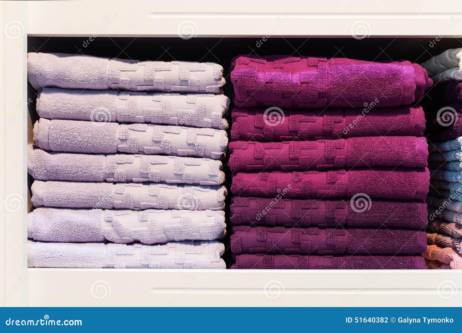 Två buntar av handdukar på en hylla i lagret
