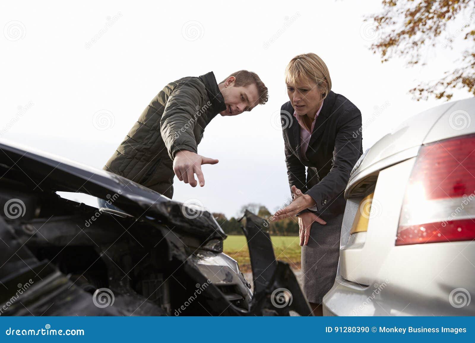 Två chaufförer som argumenterar över skada till bilar efter olycka