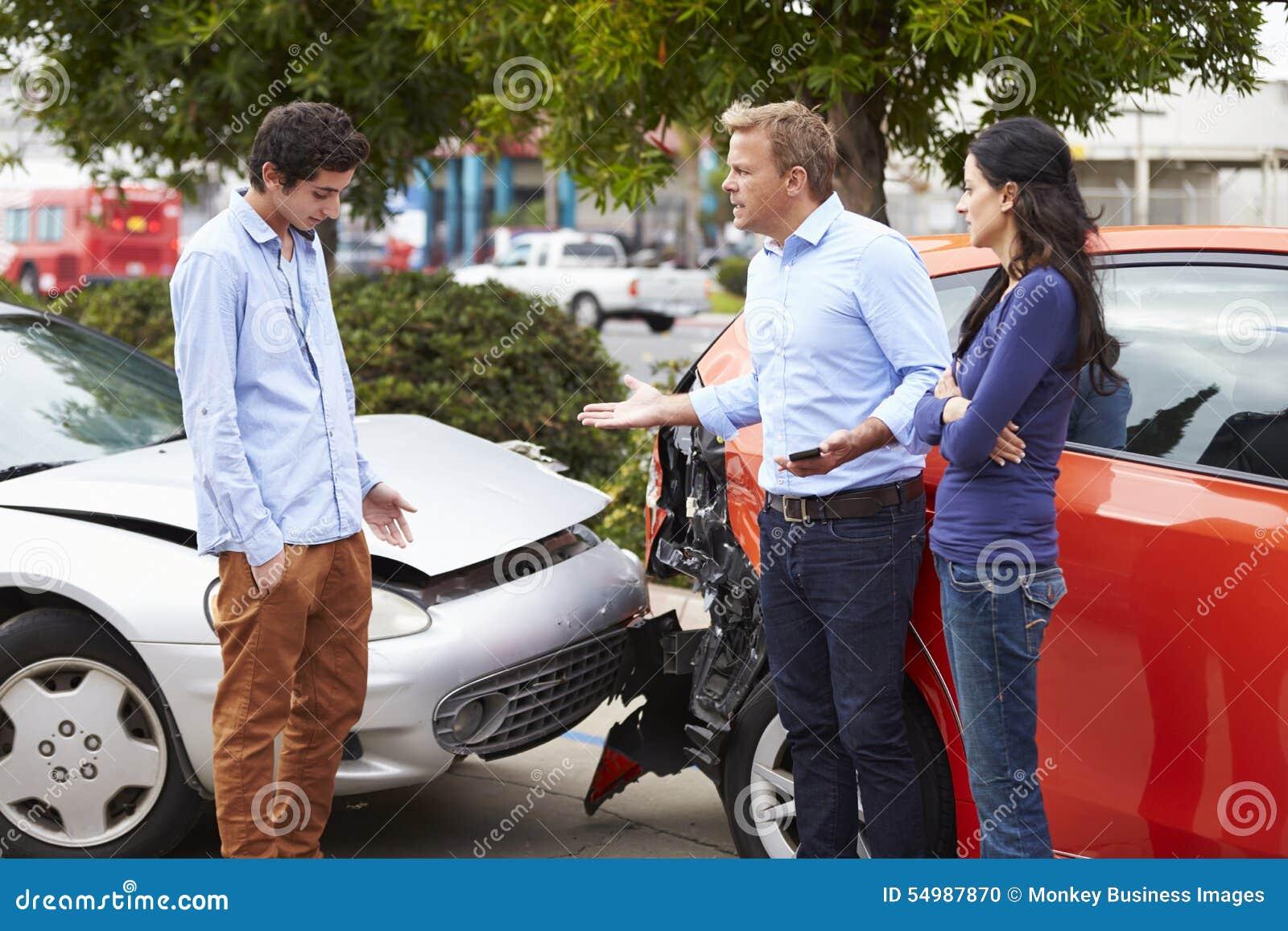 Två chaufförer som argumenterar efter trafikolycka