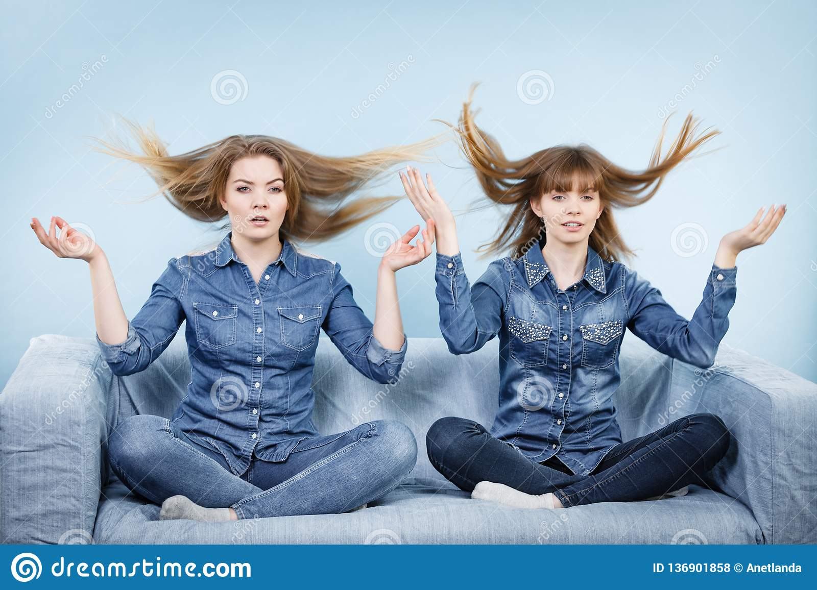 Två chockade kvinnor med windblown hår