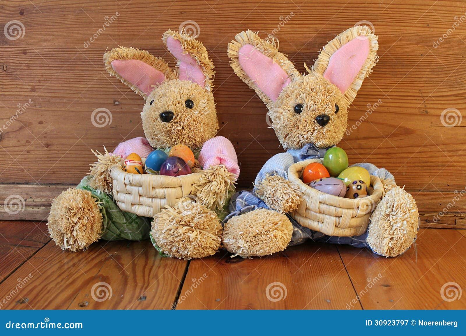 Två easter kaniner med ägg