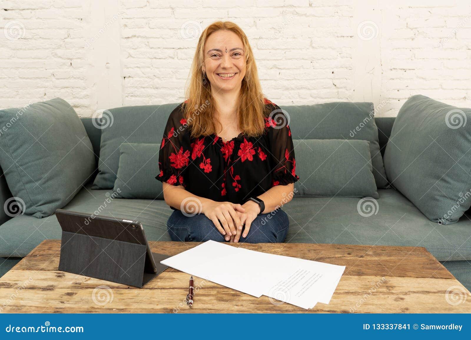 Två entreprenörkvinnor som tillsammans arbetar på design på minnestavlan för deras online-affär