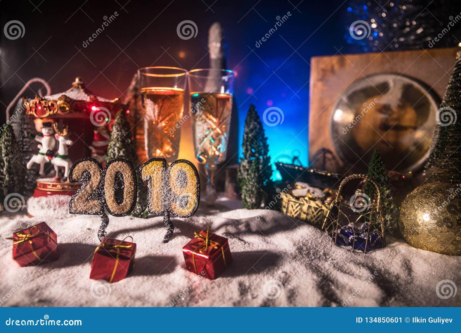 Två exponeringsglas av champagne med julgarnering Traditionell drink för alkohol för vinterferie i snö med idérikt nytt år