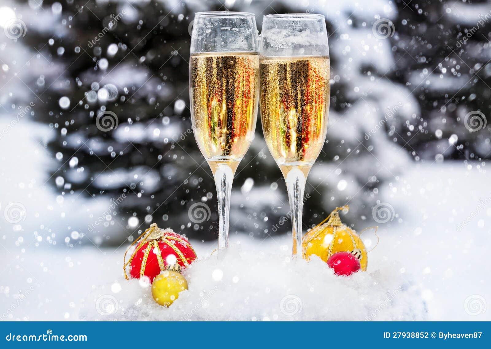 Två exponeringsglas med champagne på snowen
