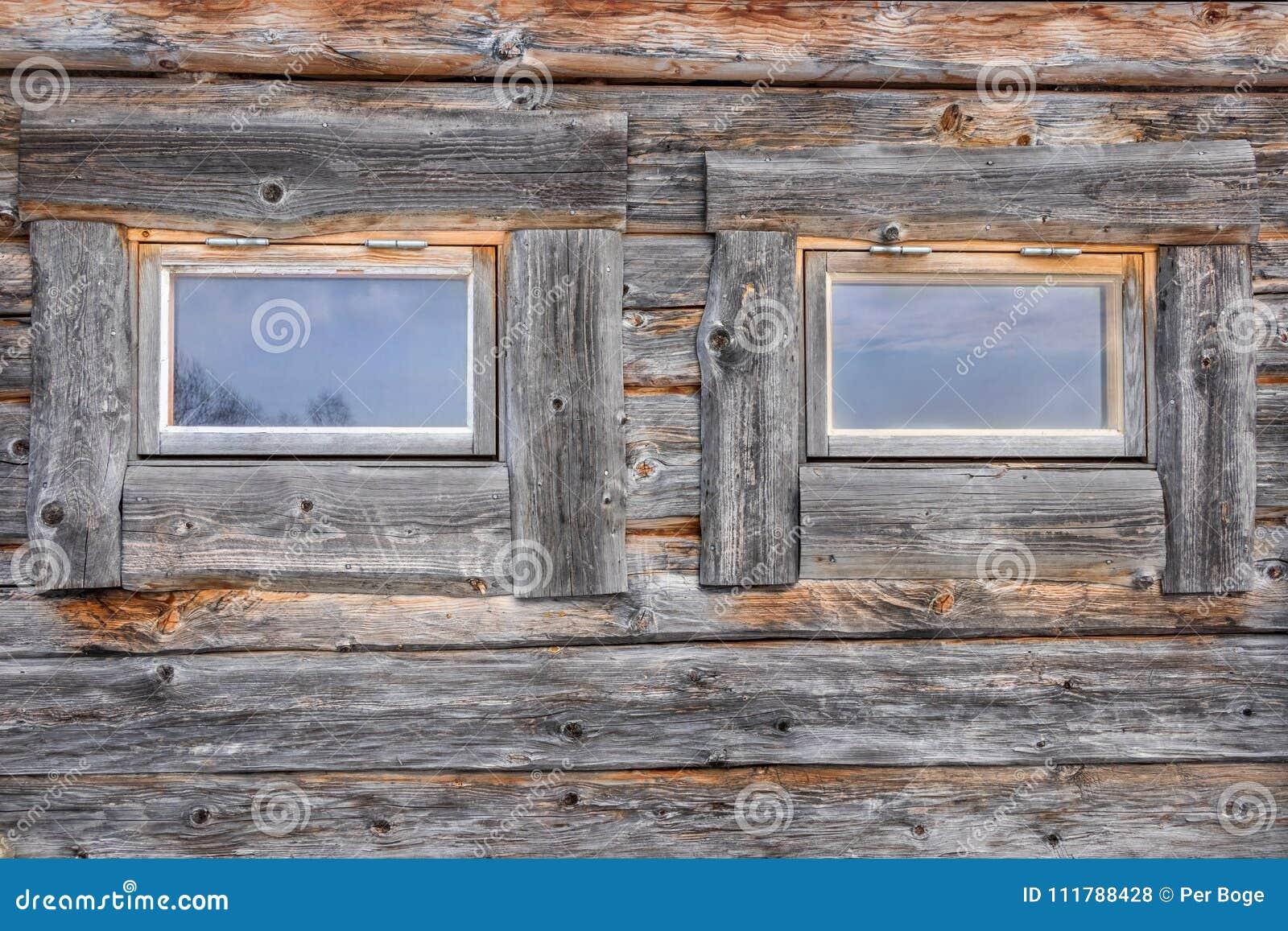 Två fönster på en riden ut och åldras journalkabin