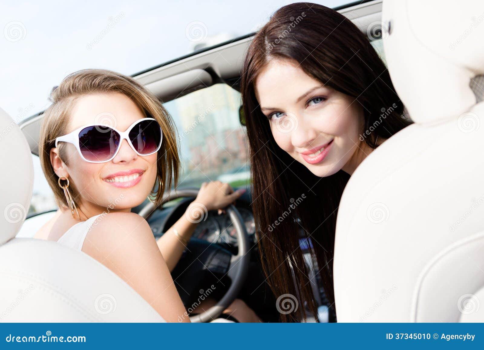Två flickor kör bilen