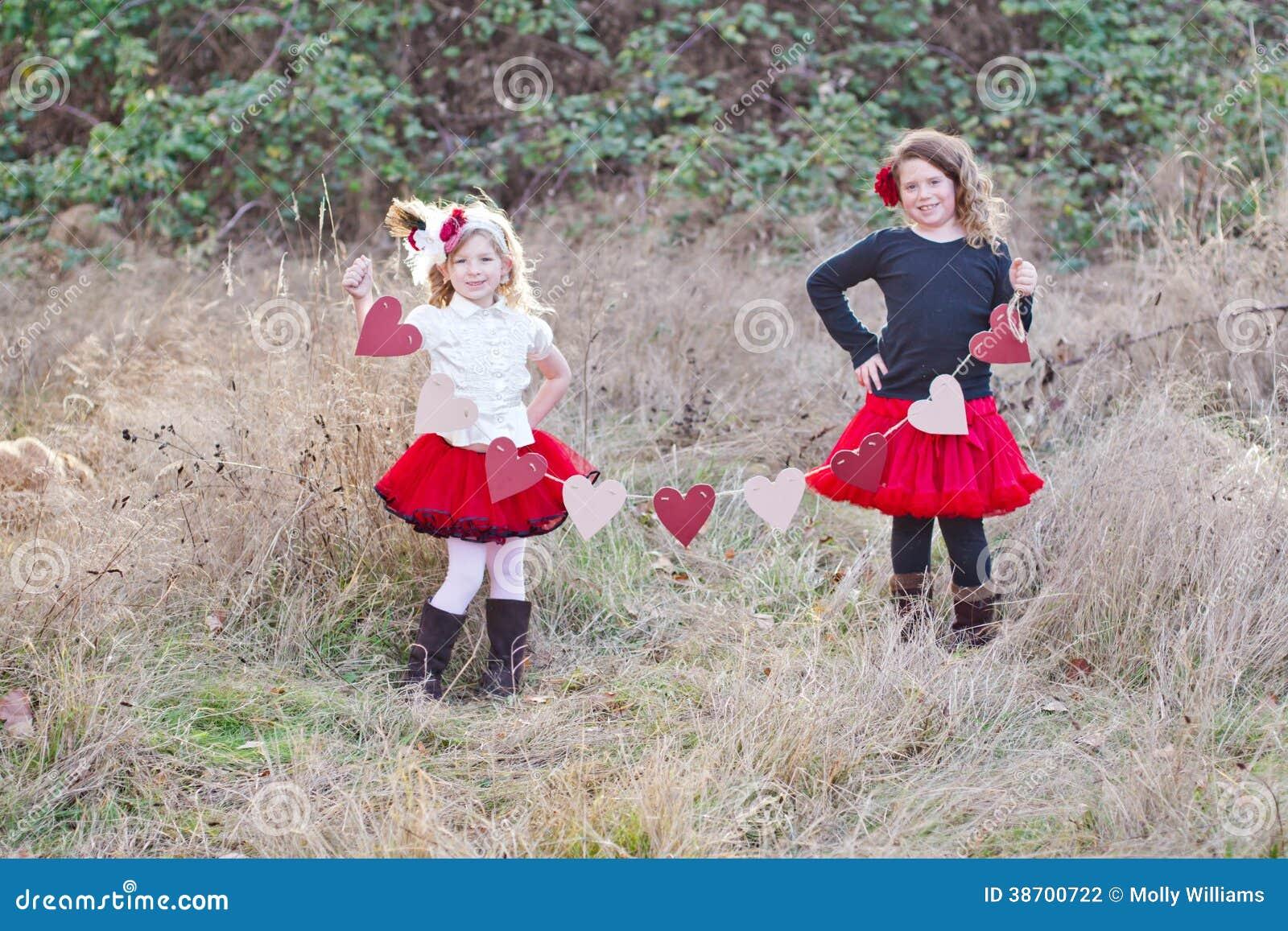 Två flickor med hjärtor