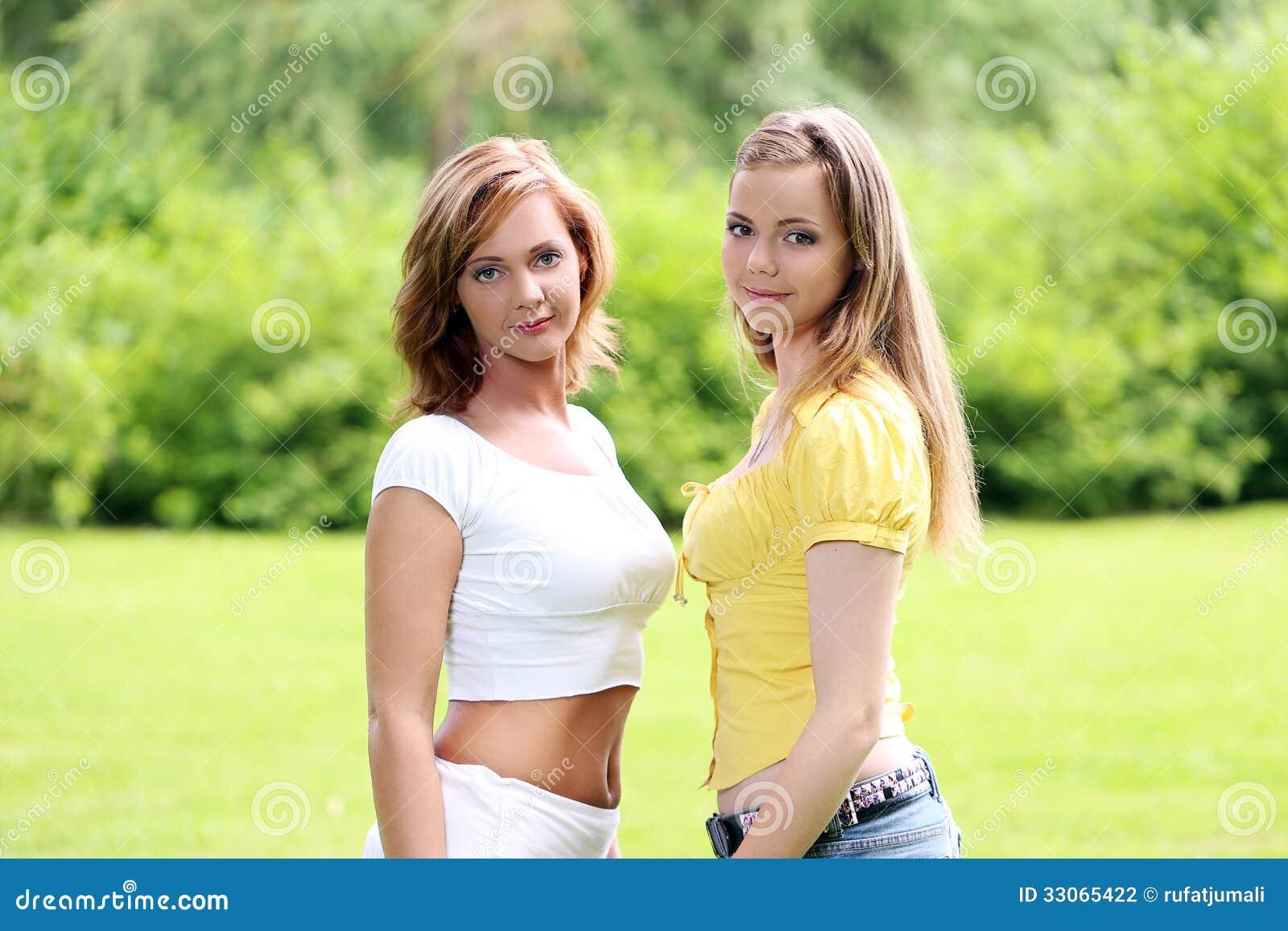 Två flickor som ut hänger i, parkerar