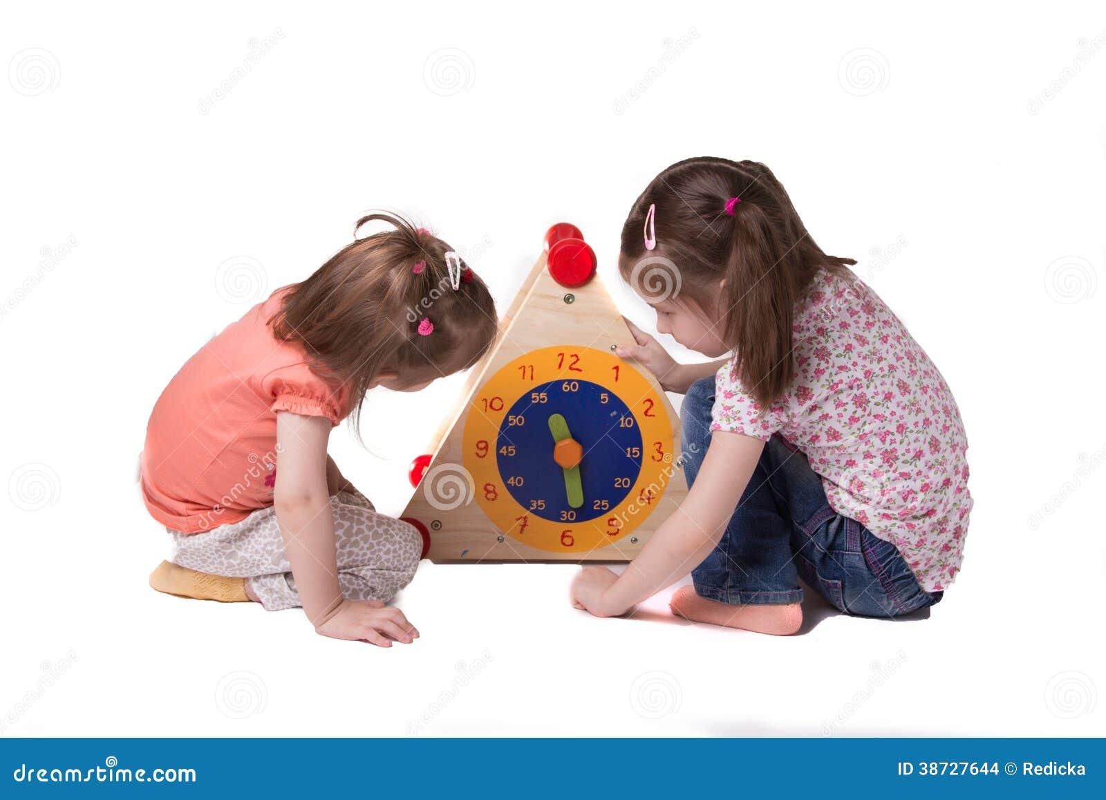 Två flickor, studietid på att sitta för leksaktimmar