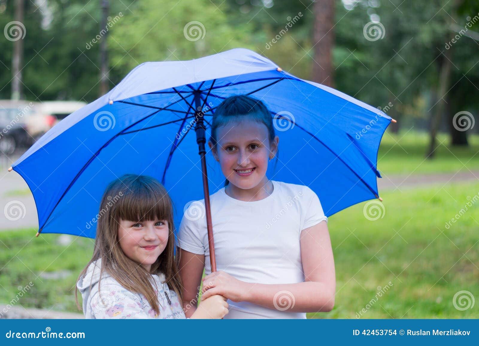 Två flickor under ett paraply