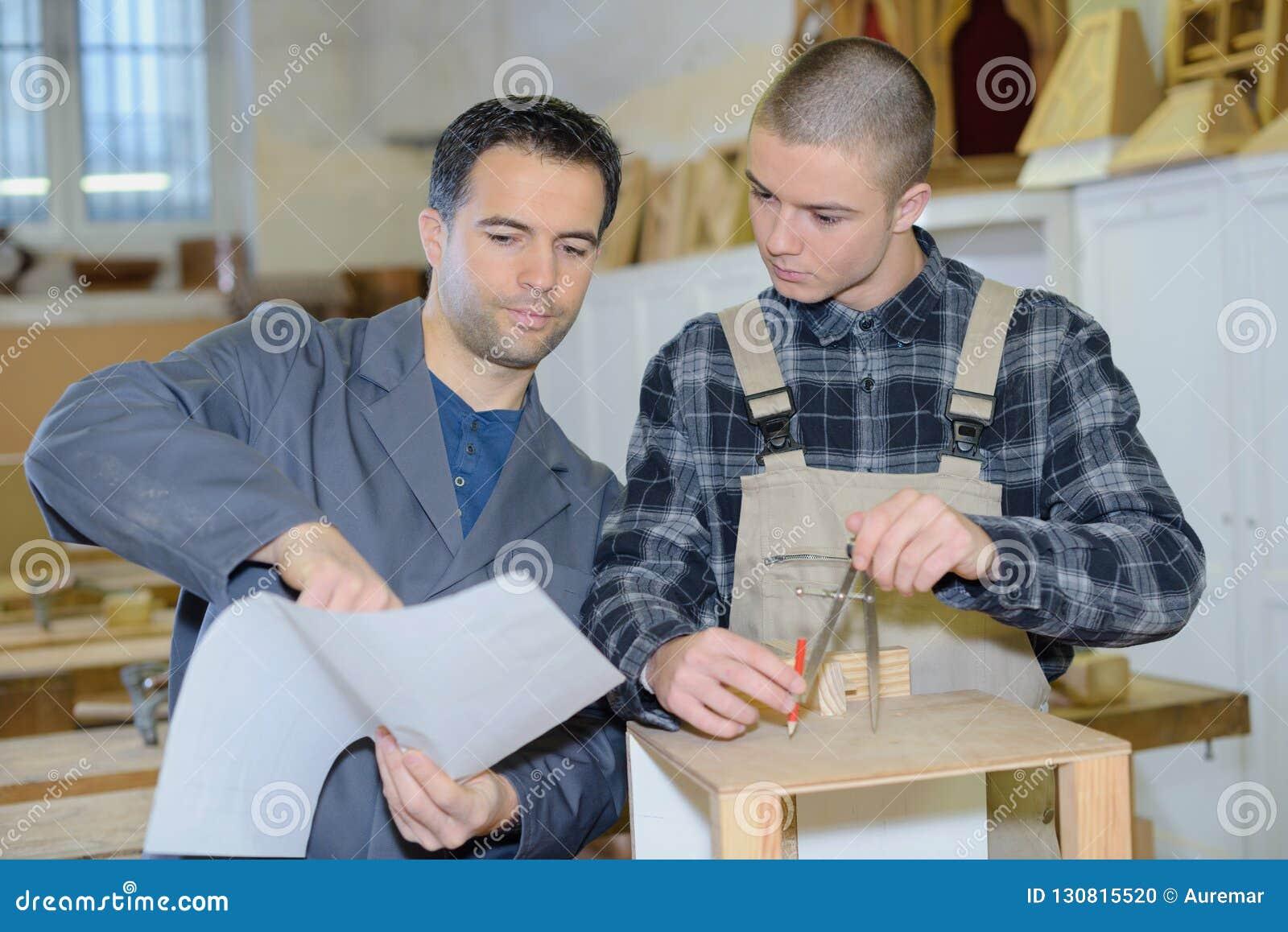 Två formgivare som tillsammans arbetar i seminarium med precisionhjälpmedel