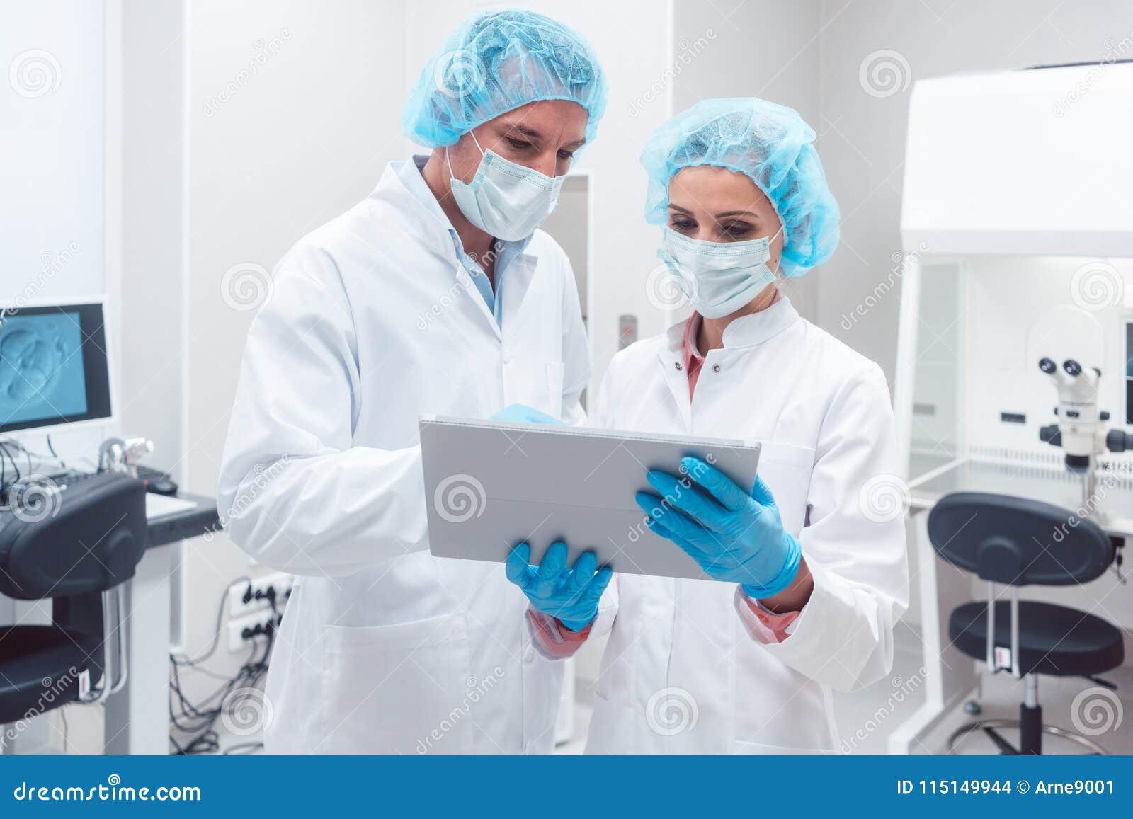 Två forskare som tillsammans arbetar i labbet som ser data