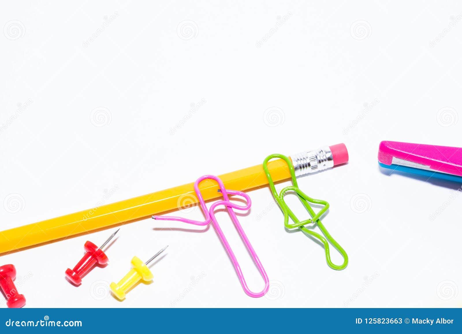 Två gemmar som talar, medan ligga på ett vitt golv och på en blyertspenna Miniatyrskolaliv och tillbaka till skolabegreppet med k