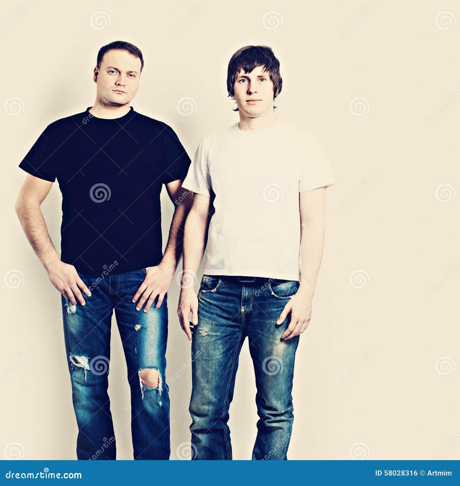 Två grabbar som bär svartvita T-tröja