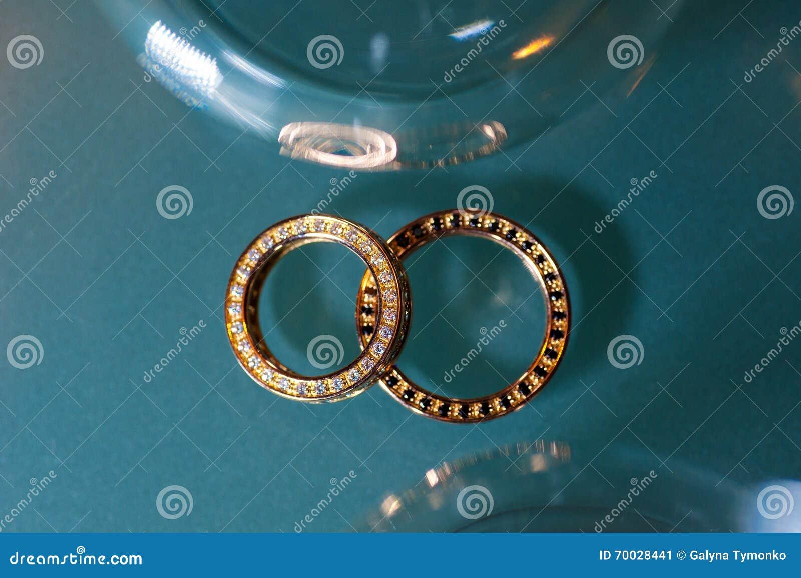 Två guld- cirklar på turkos blänker bakgrund