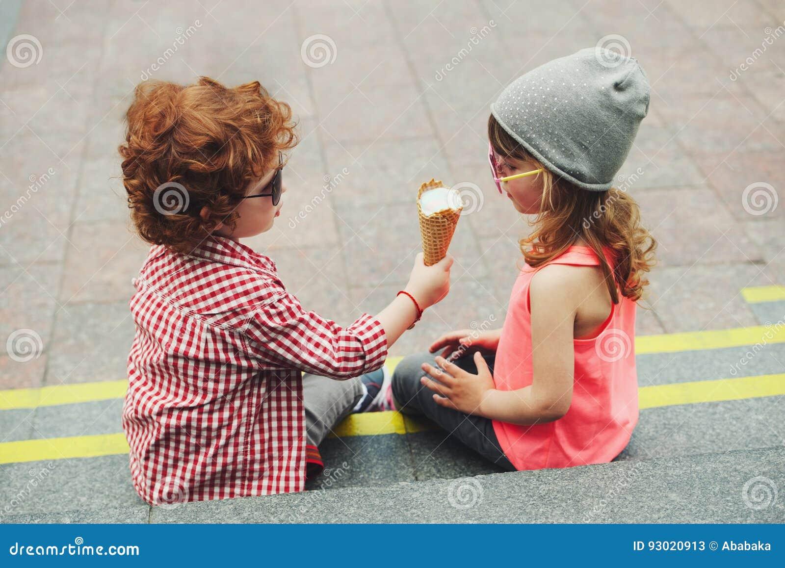 Två gulliga hipsters som äter icecream