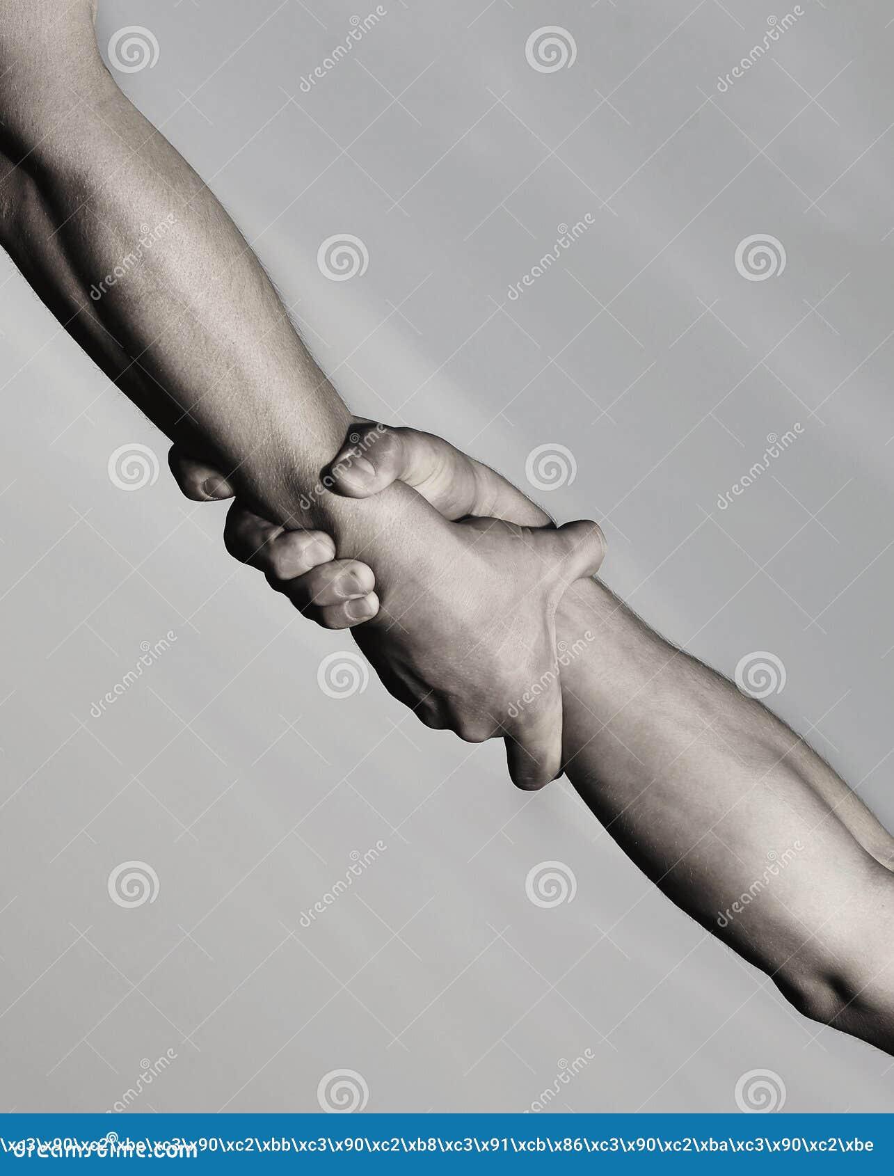Två händer, portionhand av en vän Räddningsaktion, hjälpande gest eller händer rym starkt Handskakning armar, kamratskap