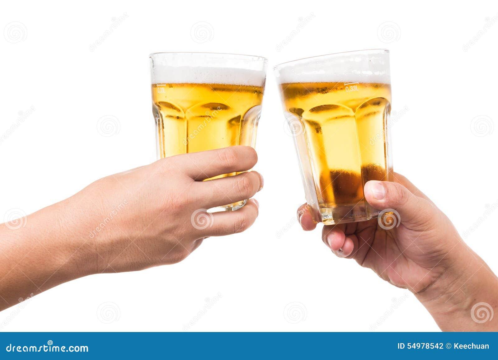 Två händer som rostar uppfriskande kallt öl