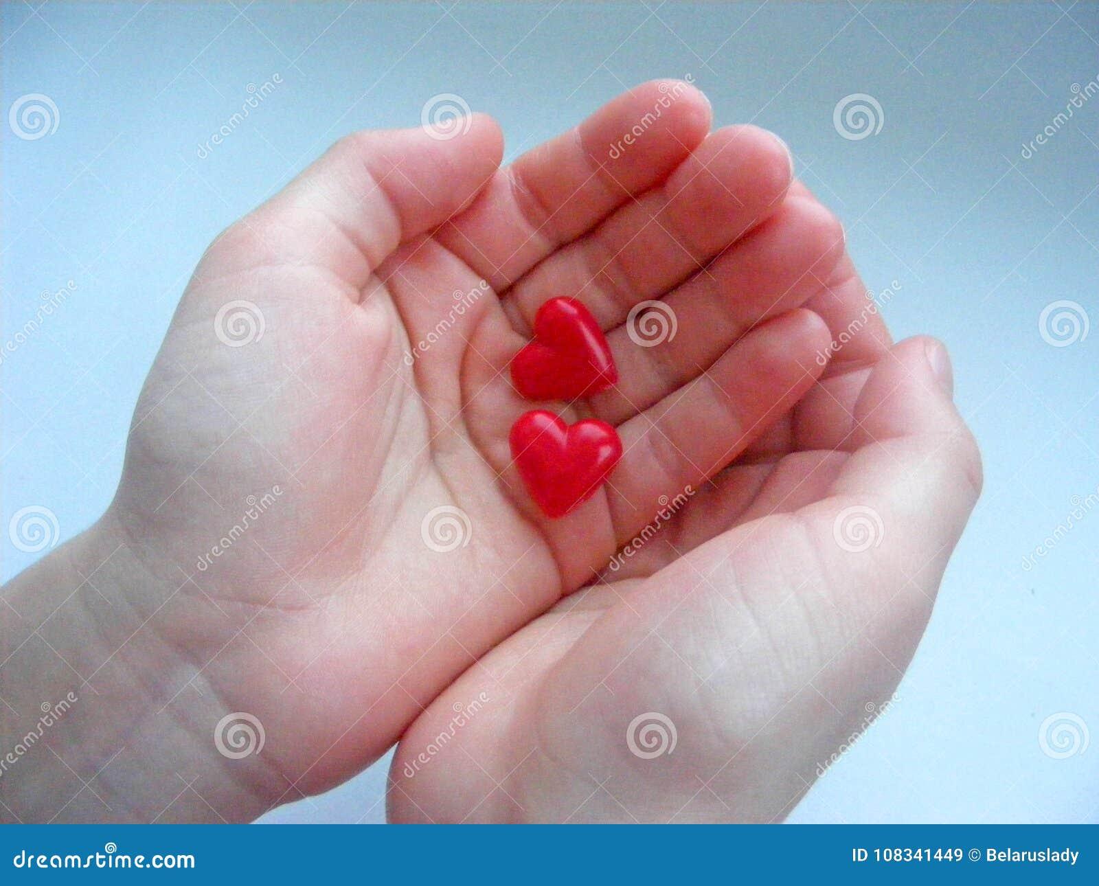 Två hjärtor i barnhänderna