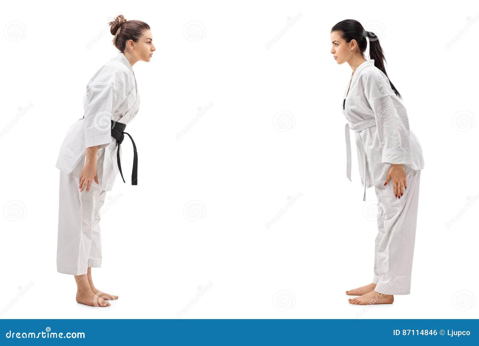 Två iklädda kimonon för unga kvinnor som till varandra bugar