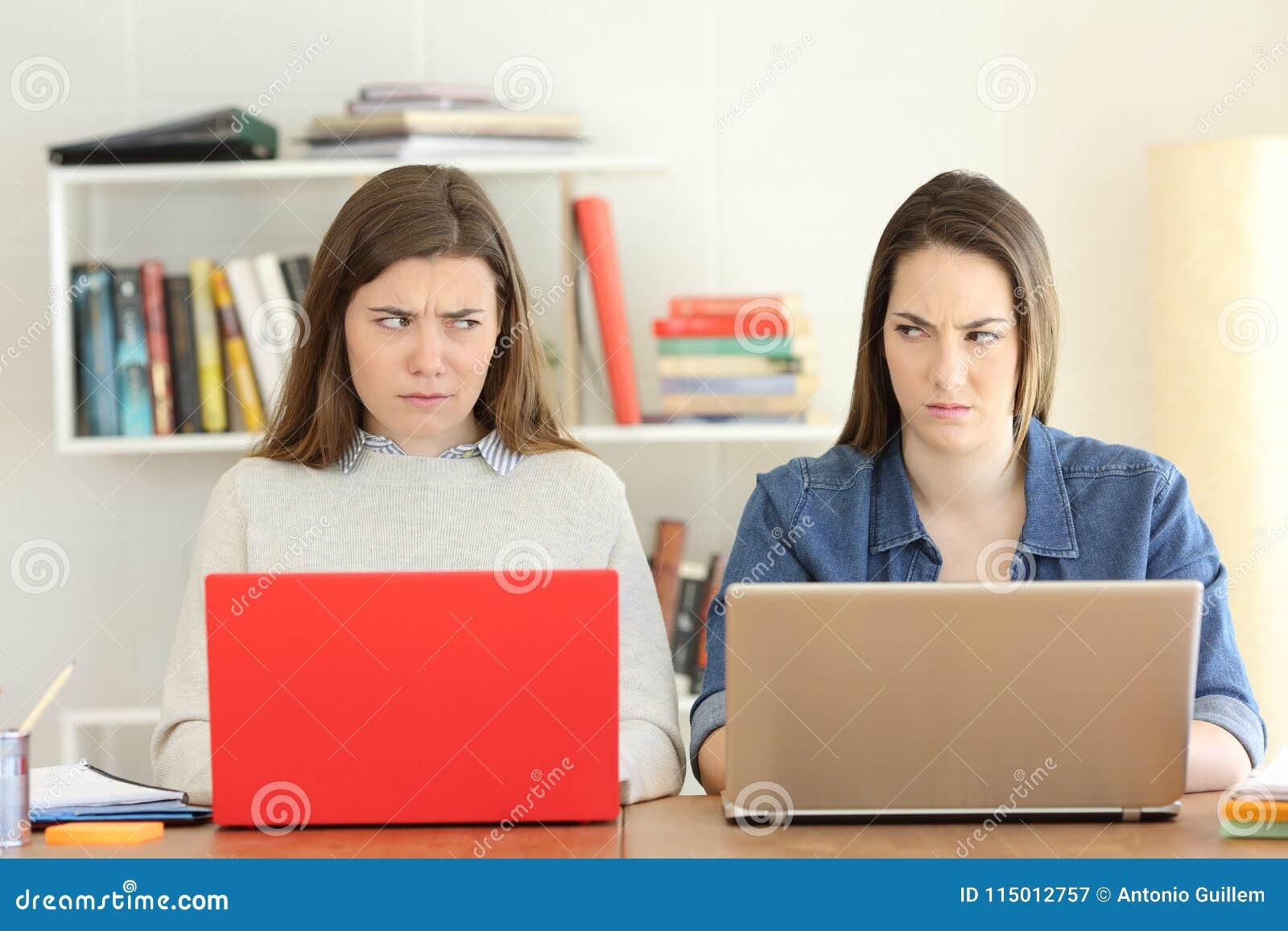 Två ilskna studenter som ser sig med hat