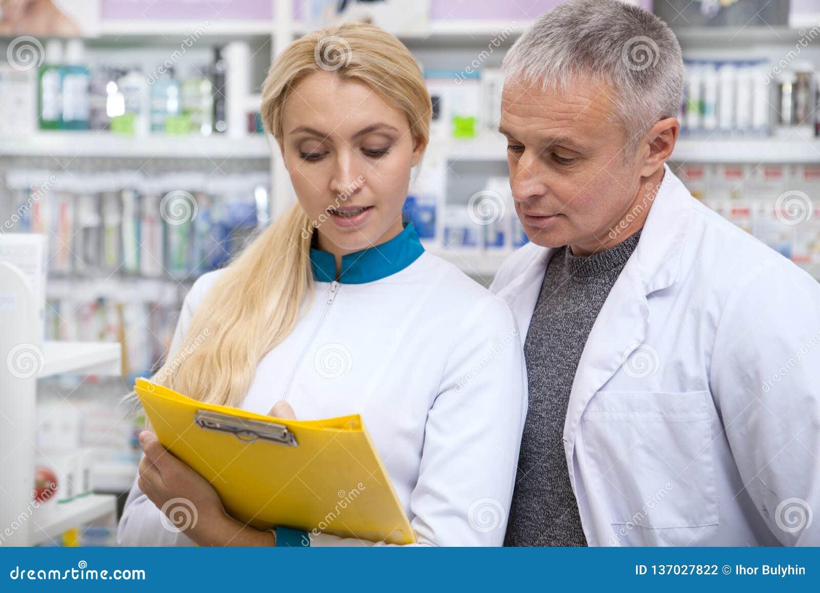 Två kemister som tillsammans arbetar på apoteket