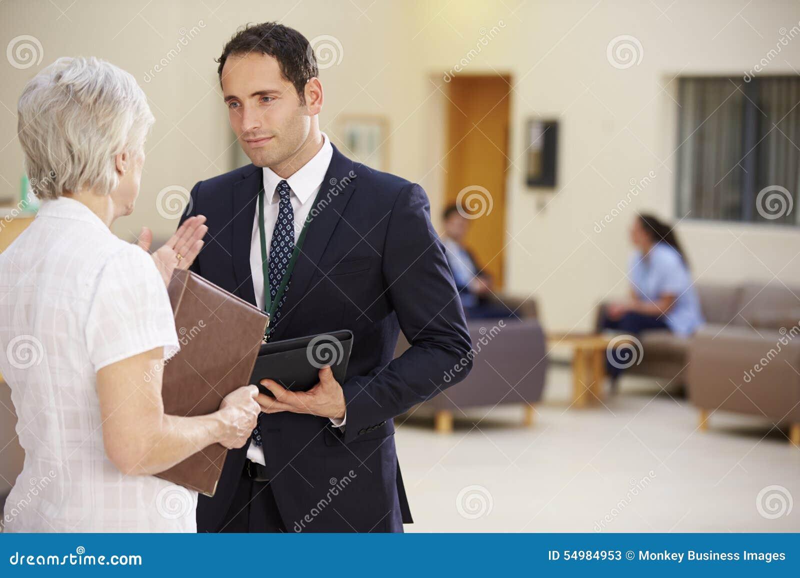 Två konsulenter som diskuterar patientanmärkningar i sjukhus