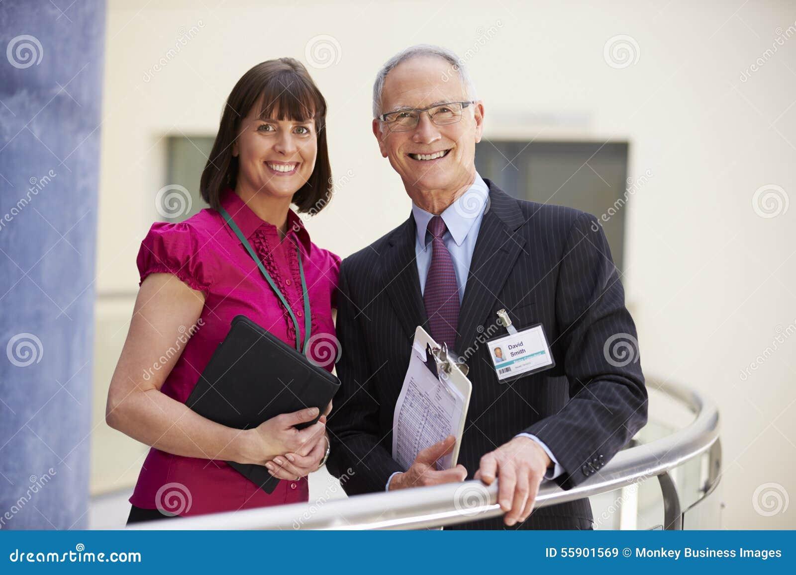Två konsulenter som möter i sjukhusmottagande