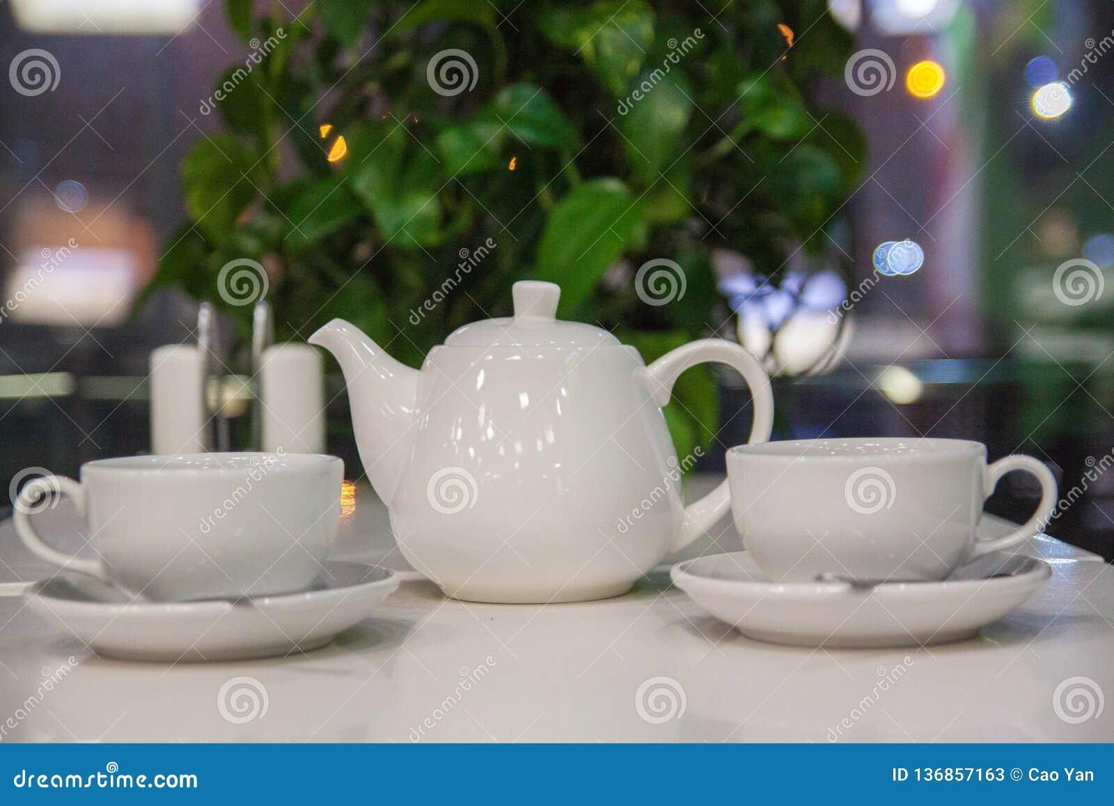 Två kopp te på tabellen i vit bakgrund
