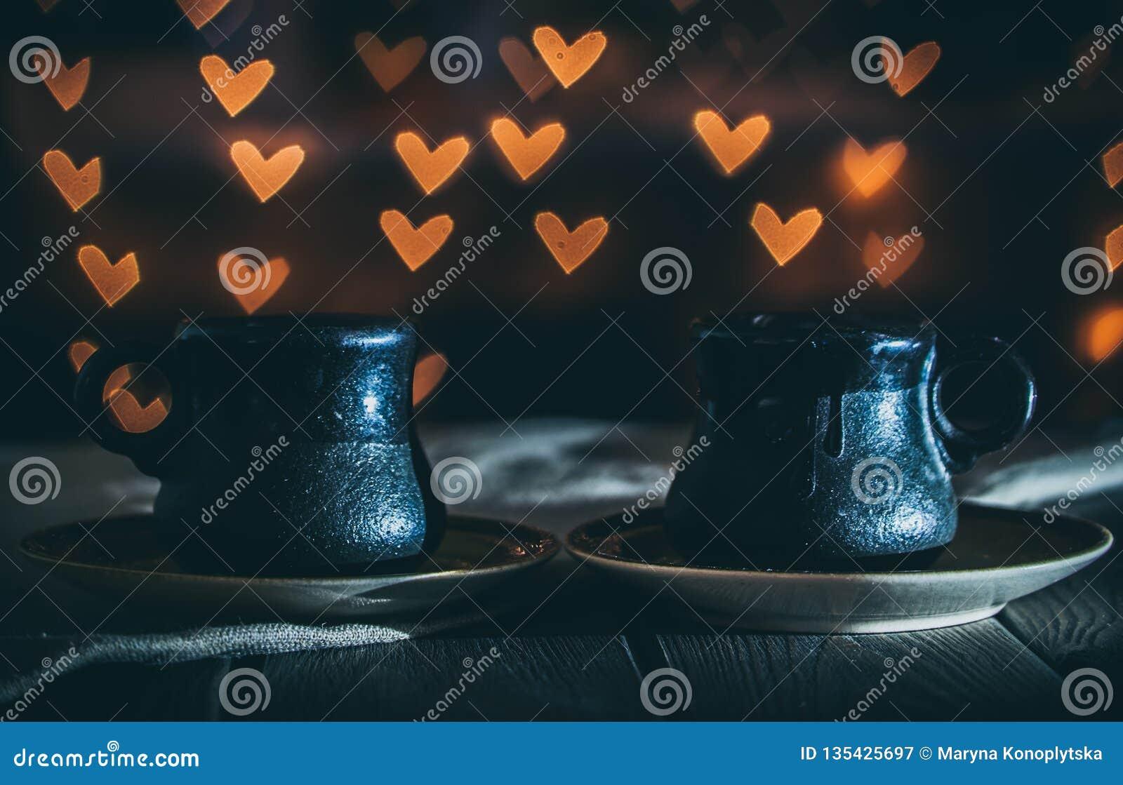 Två koppar kaffe i ett hemtrevligt kafé Datum på valentin dag