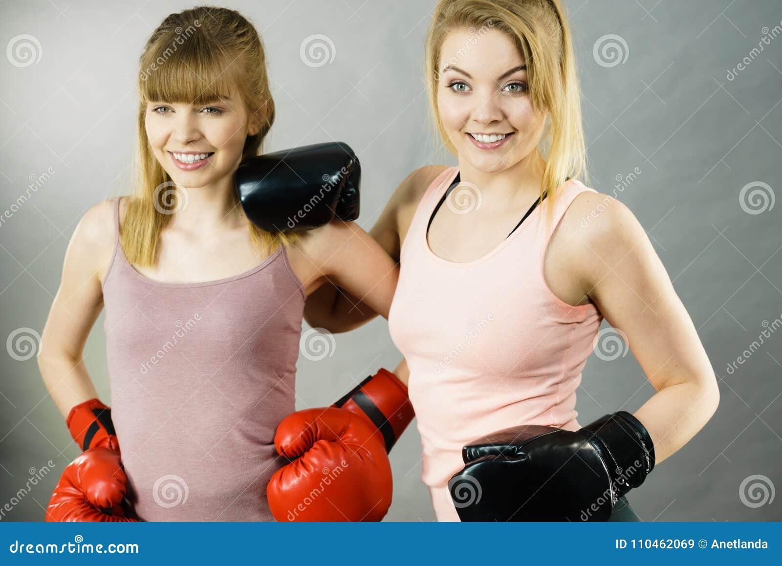 Två kvinnavänner som bär boxninghandskar