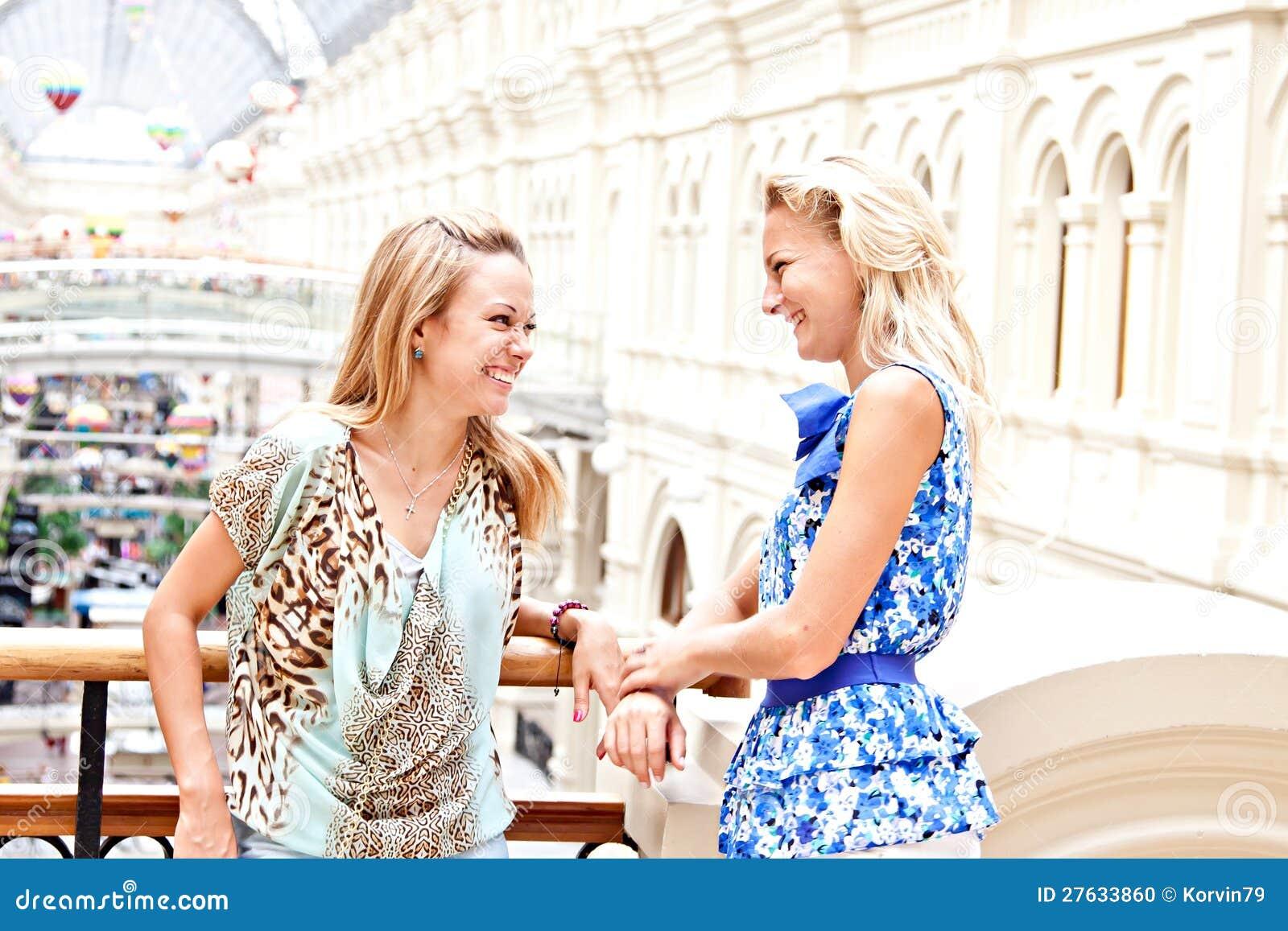 Två kvinnor i en köpcentrum