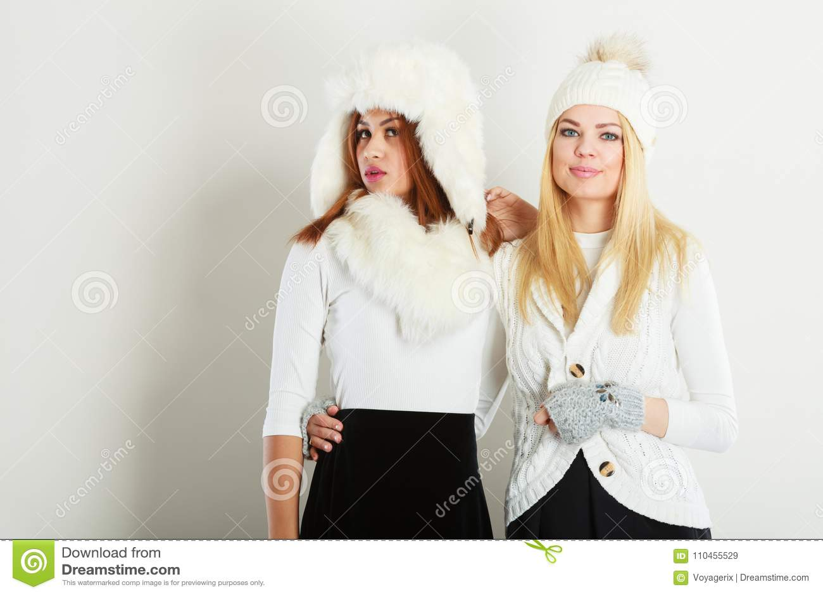 Två kvinnor med vinterkläder