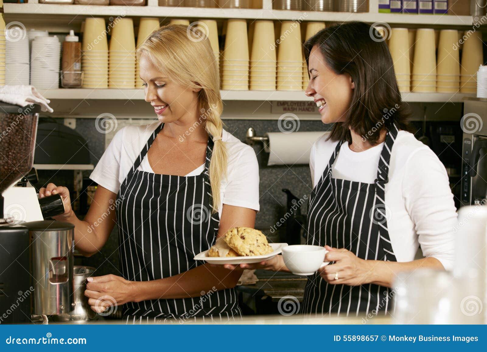 Två kvinnor som arbetar i coffee shop