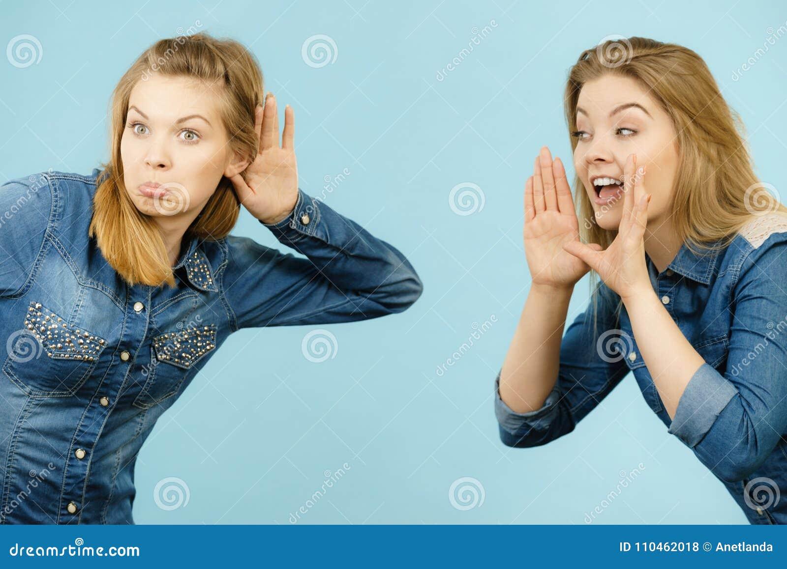 Två kvinnor som berättar sagor, rykteskvaller