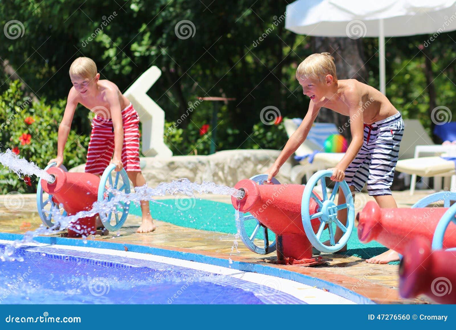 Två le barn som har gyckel i aquapark