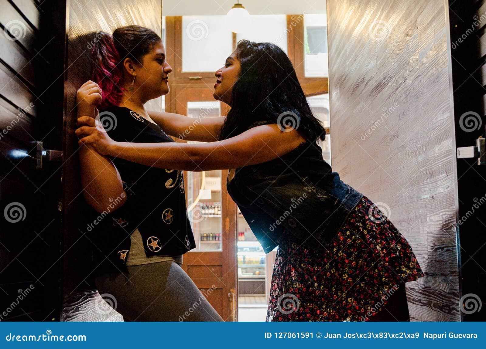 Två lesbiska kvinnor som starkt slår sig, begreppet av förälskelse mellan folk av samma, könsbestämmer