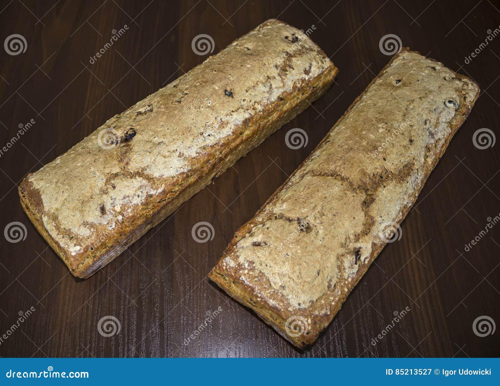 Två loaves av bröd som hemma bakas