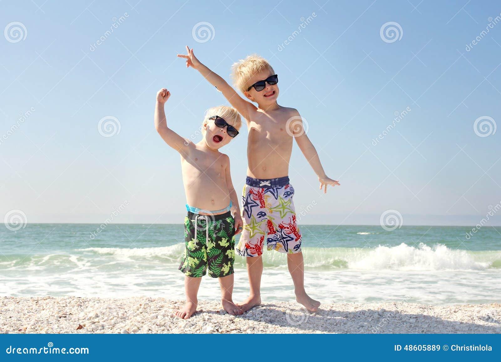 Två lyckliga barn på strandsemester