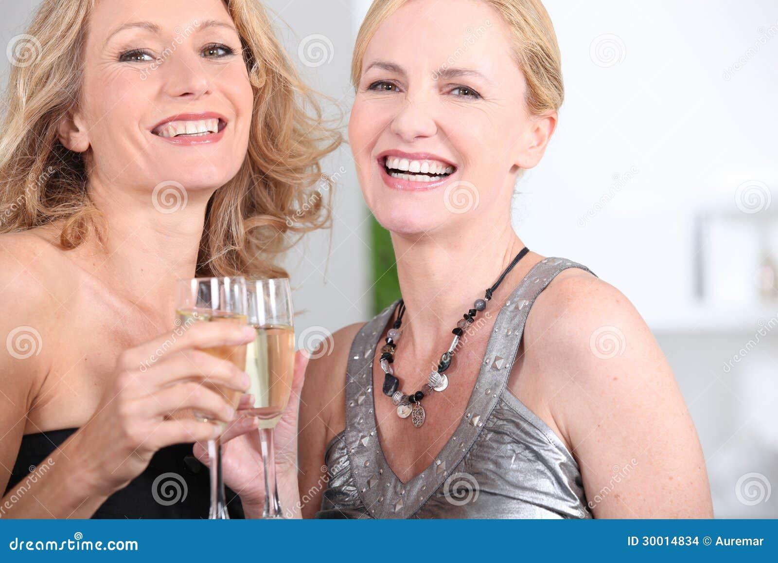 Kvinnor som dricker champagne