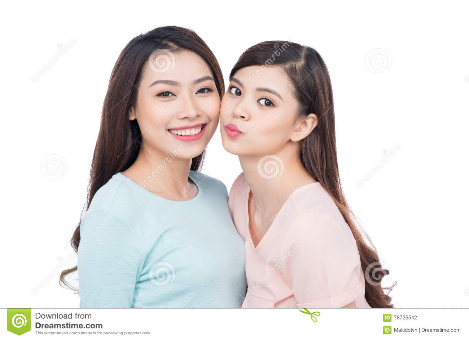 Två lyckliga unga kvinnliga vänner Asiatiskt skratta för flickor