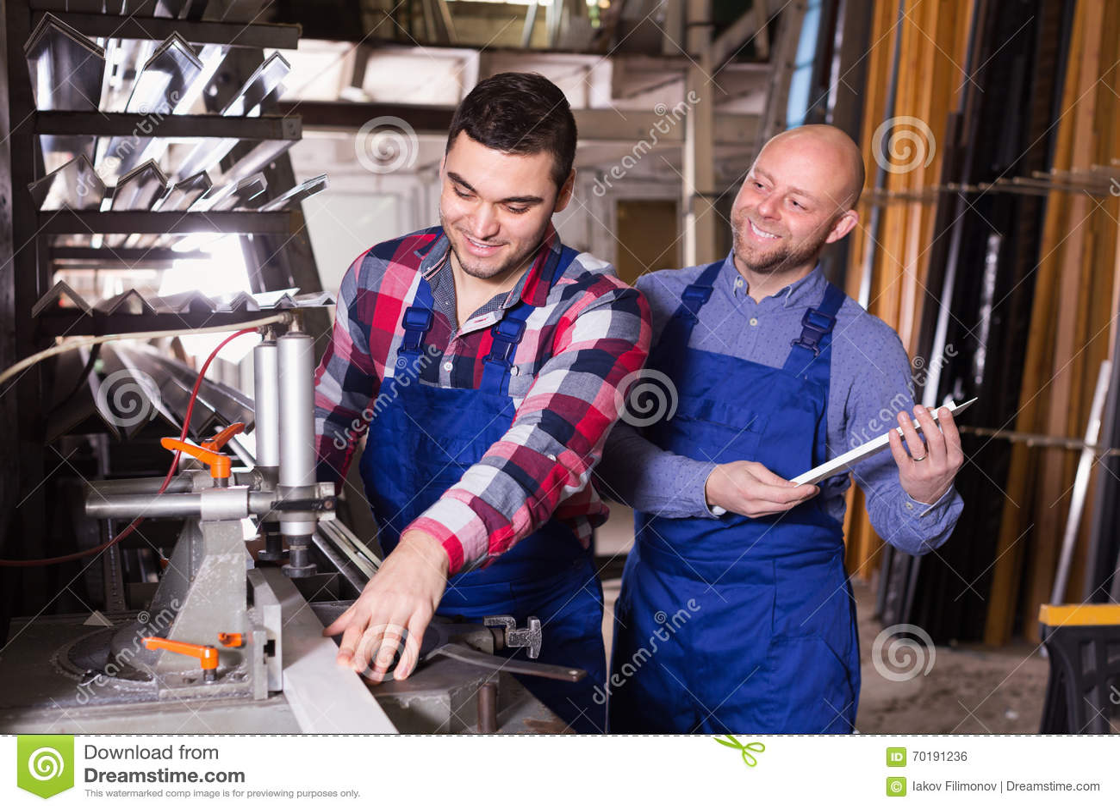 Två män som arbetar på maskinen