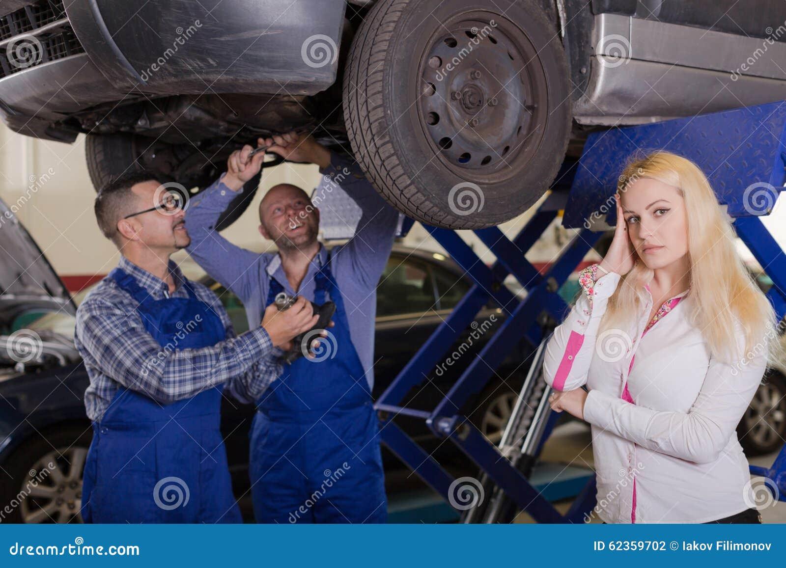 Två mekaniker som försöker att fuska klienten på seminariet