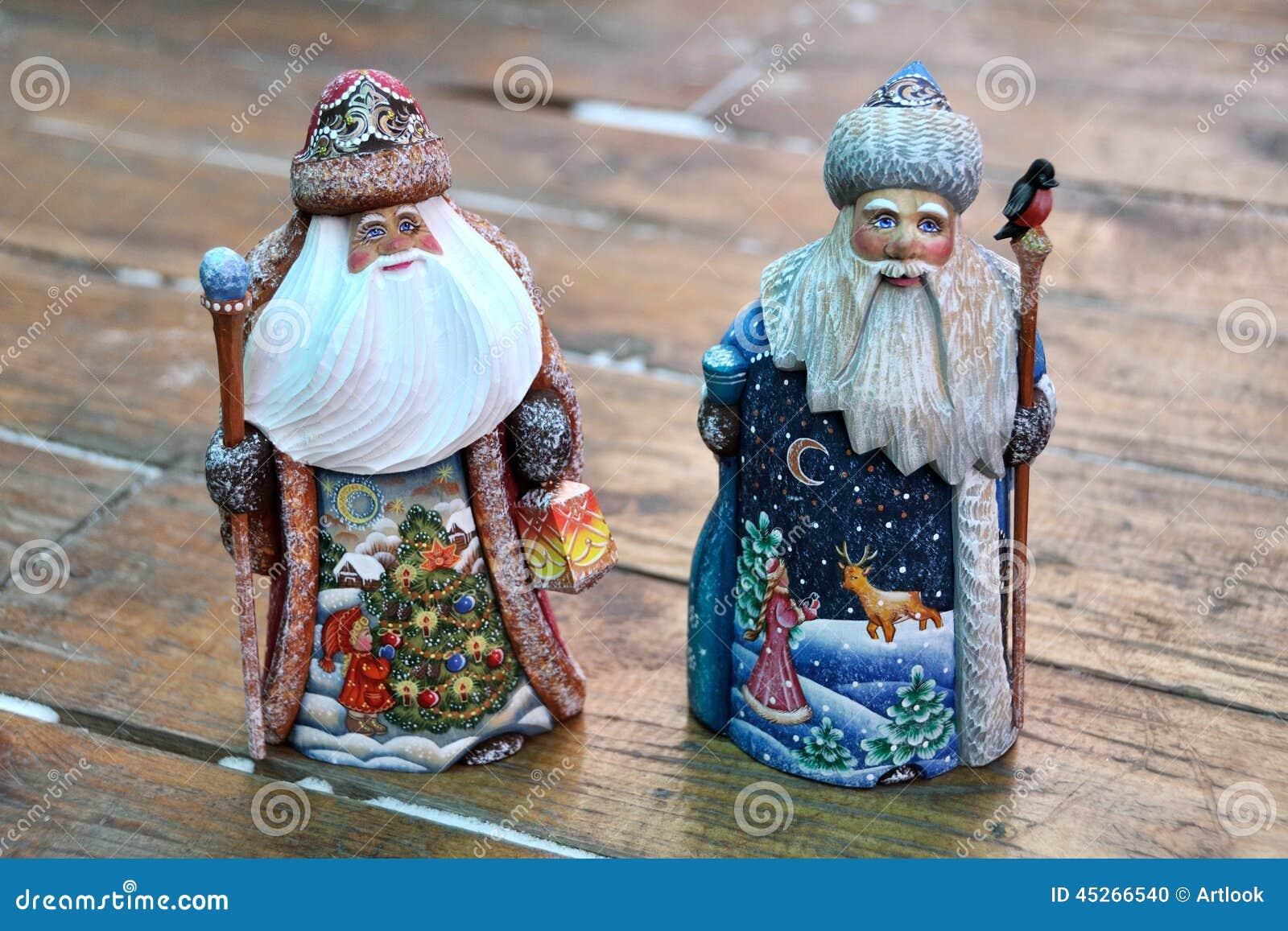 Två miniatyrSantas som snidas från trä - ryss Handcrafts