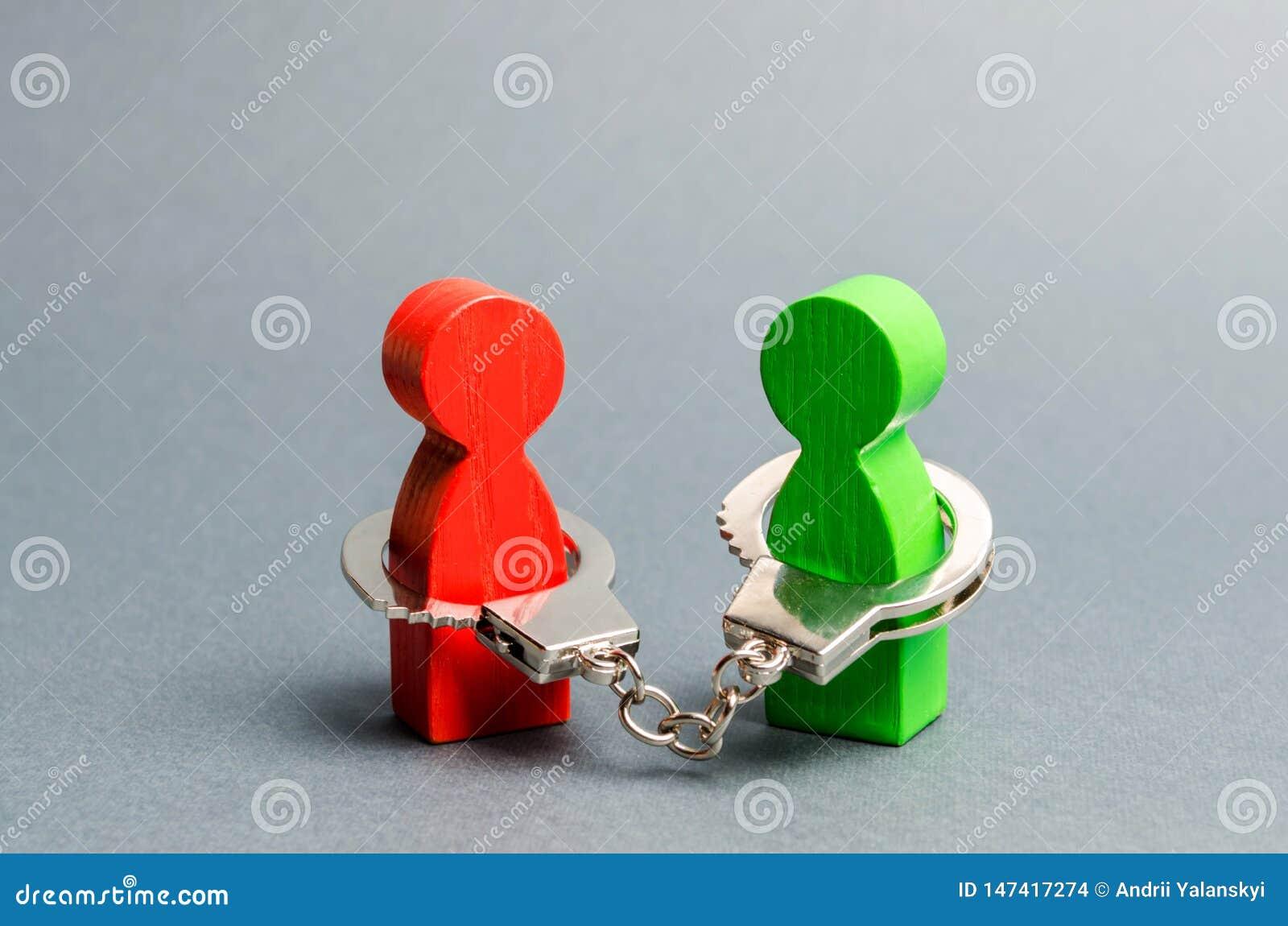 Två personer handfängslas till varandra r Avtal arbetsuppgift