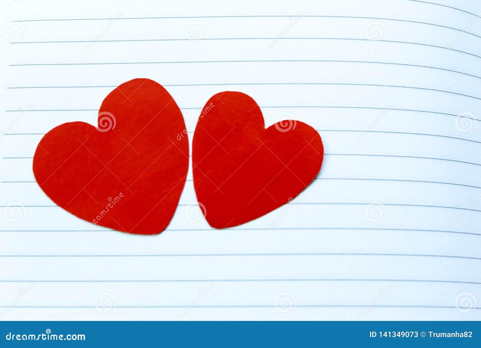 Två röda hjärtor på Notebook& x27; s-sida