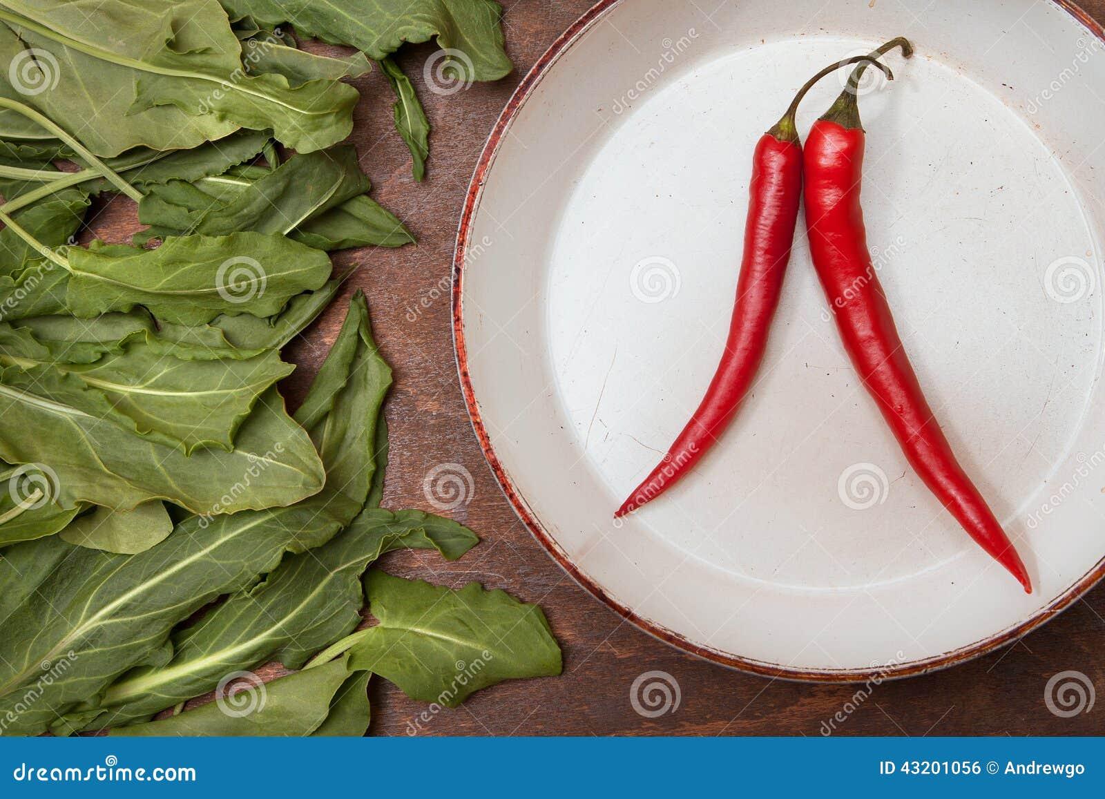 Download Två Röda Peppar På En Vit Platta Arkivfoto - Bild av sallad, green: 43201056
